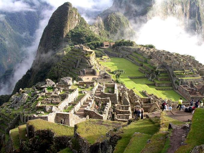 Inilah Machu Picchu, kota dari peradaban Inca yang hilang. Letaknya di Lembah Urumba, Peru, di puncak gunung, 2430 meter diatas permukaan laut