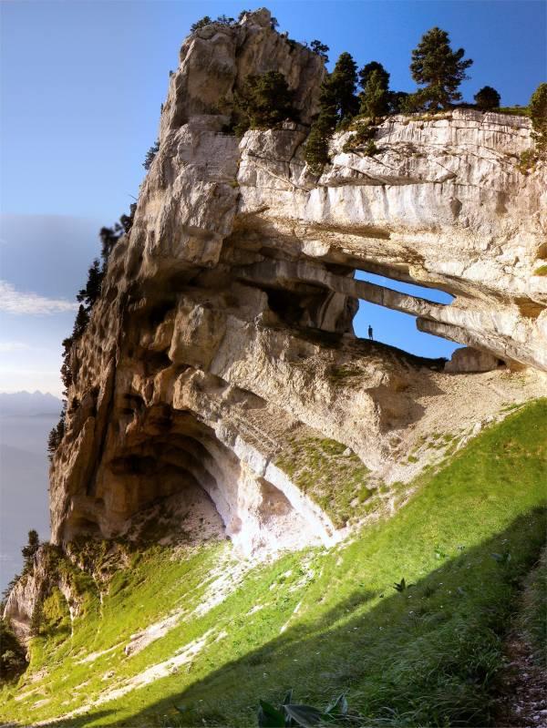 Formasi bebatuan yang super unik di pegunungan di timur Perancis.